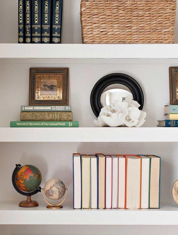 KIPLING-HOUSE-INTERIORS-NANTUCKET-LIVING-ROOM-SHELF-DETAIL