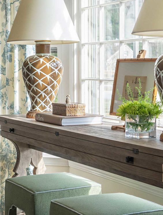 KIPLING-HOUSE-INTERIORS-NANTUCKET-LIVING-ROOM.-CONSOLE